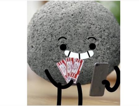 写真を見せる石のキャラクター