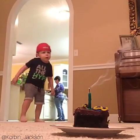 2歳の子どもがトリックショット