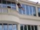 社員「!??!?」会議中に社長がベランダから飛び降りるドッキリ 駆け付けた職員、爆笑社長に怒りのタックル