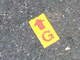 地面に貼ってある「矢印の中のGマーク」の意味は?