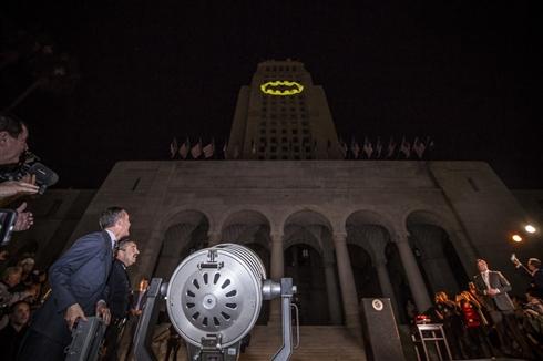 バットマン役で知られるアダム・ウェストさん死去 追悼式でLAシティーホールにバットシグナルが灯る
