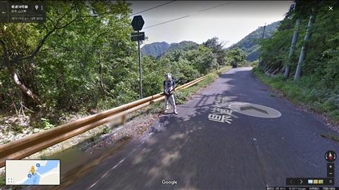 どうして…… Googleストリートビューの山中にエレキギターを持った鹿男が写り込む