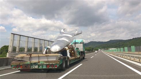 「ヤバいのがいた」 高速道路で運搬される巨大クワガタ像の迫り来る迫力