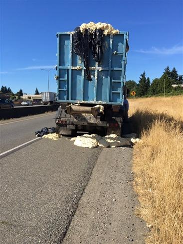 あまりの暑さにトラックのパン生地が膨張 道路がパン生地まみれに