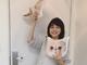 """「おちゃめ」「いやされる」 石田ゆり子、フォロワー19万の人気ねこ""""マッシュ""""グッズを手に謎ポーズ"""