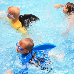サメの背びれがた水泳補助具「スイムフィン」