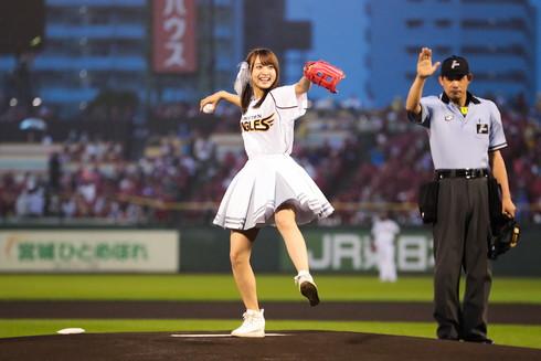 念願の始球式で投球する渡邉さん