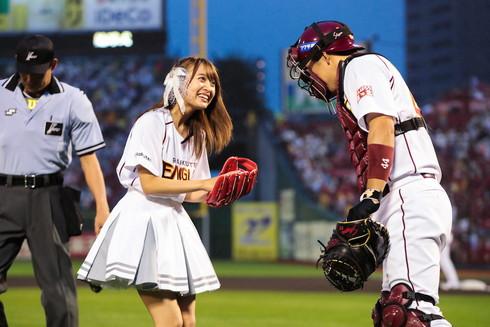 足立さんから笑顔でボールを受け取る渡邉さん