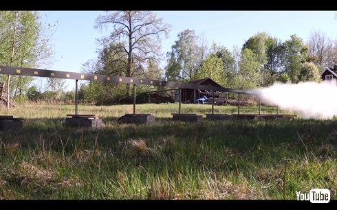 ドローンを、ロケット推進する日本刀で粉砕