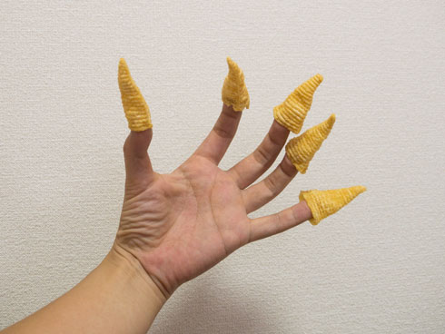 指にとんがりコーンをはめます