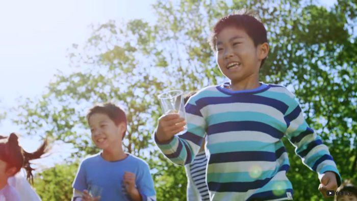 新鮮な牛乳を巨大UFOの乳首から子どもたちのコップに注入 九州のローカルCMが人類には早すぎる - ねとらぼ