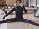 「脚ほっそーい」「身体柔らかい」 加藤ミリヤ、全身真っ黒のモジモジくんスタイルで大開脚