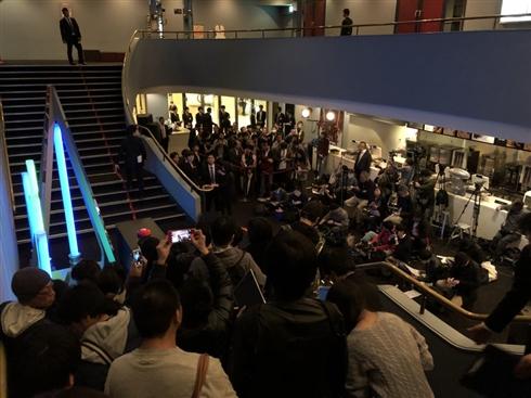 「スター・ウォーズ」前夜祭チケット求め、エレベーターに集団ダッシュ 劇場がすし詰めのダークサイドに染まる