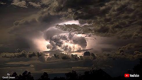 神々しさすら感じる、嵐の定点撮影 暗闇でうごめく雲と雷光