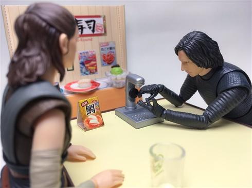 スター・ウォーズのフィギュアコント レイ「日本の回転寿司屋ってのは最初にそこで手を洗うのよ」カイロ・レン「熱ゥッッ」