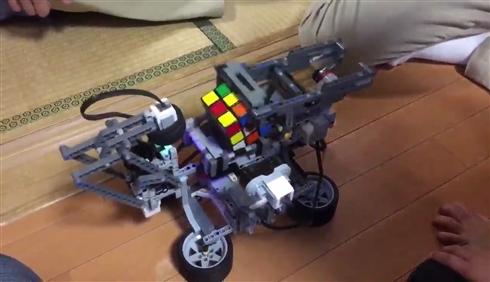 レゴSUGEEEE! 「はとこが趣味で作った」ルービックキューブをそろえるレゴ製の機械がハンパない
