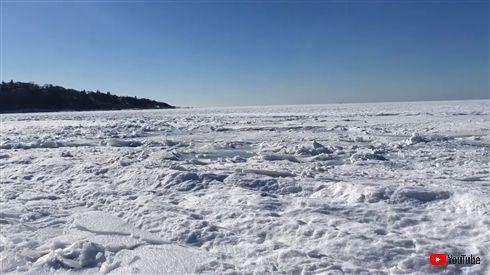 海が凍ってる! 米国で撮影された珍しい現象、上空からの美しいドローン映像も