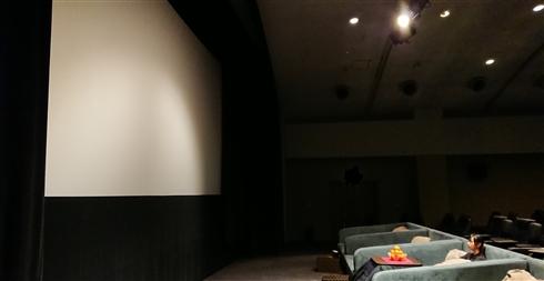 こたつに入りながら映画が見られる!? 新所沢レッツシネパークが2月末頃までの期間限定でこたつシートを導入