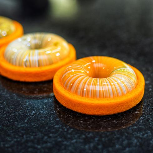 kseniapenkina アートケーキ ムースケーキ ヘーゼルナッツオレンジのプチガトー