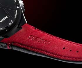 レザーストラップは、NSXのインテリアをイメージした赤と黒のツートンカラー