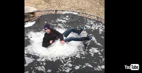 砕ける氷が芸術的! 氷を張ったトランポリンに少年がダイブ