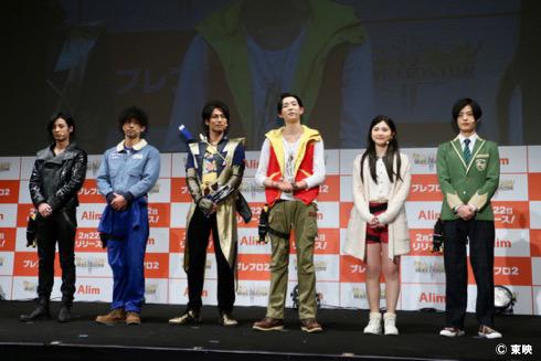 発表会には「獣電戦隊キョウリュウジャー」のキャスト陣(左から斉藤秀翼さん、金城大和さん、丸山敦史さん、竜星涼さん、今野鮎莉さん、塩野瑛久さん)が当時の衣装に身を包んで登場