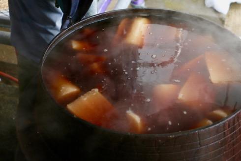 別鍋では下駄割大根を調理