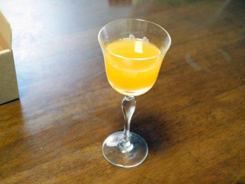 ワイングラスにカラマンシージュース