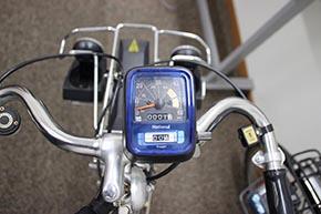前輪と連動したワイヤー式のスピードメーター