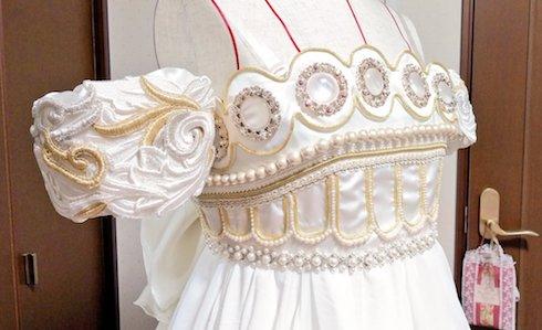 ドレスの胸元