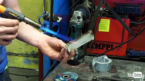 トイレットペーパーで作ったナイフ? バナナが切れるほど鋭利な仕上がり