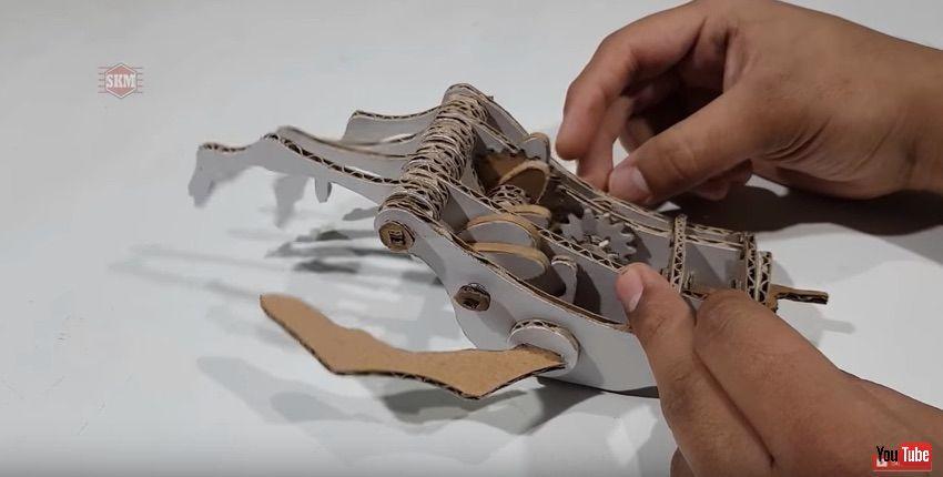リアルな動きにワクワクする! ダンボールでロボットハンドを作る動画がすごい