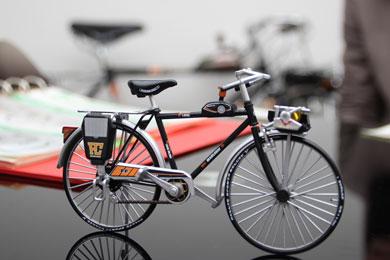 テーブル上のスーパーカー自転車