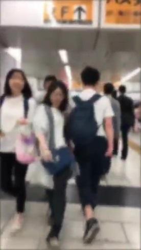 わざとぶつかる人 タックル JR新宿駅