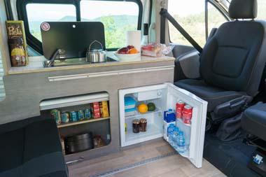 車内にはシンクや冷蔵庫を完備