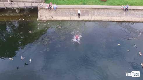 ドローン 持ち主 キャッチ 飛び込み 泳ぐ 湖