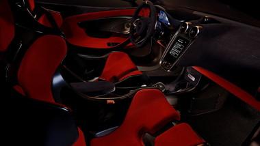 カーボンファイバー製のレーシングシートを採用