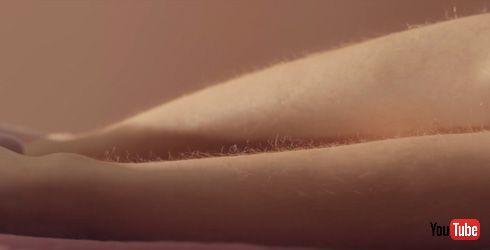 ツルツル肌を剃るカミソリ広告はおかしい! Billieがリアルなムダ毛処理CM公開