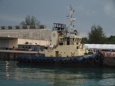かわいい小船 作業船 タグボート 軍艦 プーケットの電線