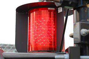 全方向踏切警報灯 LED III形 融雪形。低温時にのみ動作する省エネ設計の融雪ヒーターを内蔵するタイプ