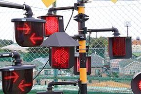全方向踏切警報灯と列車進行方向指示器を組み合わせて使う