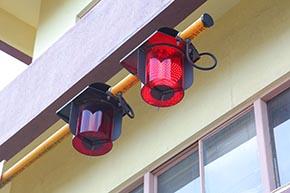 直径250ミリのオーバーハング形全方向踏切警報灯(LED-OH形)。ほぼ真下から見ると「ハート型」に見える