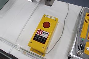 ホームに設置し、列車非常停止警報器やその他の機器を動作させるために使う「非常ボタン」
