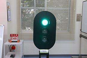 ボタン操作で多灯形色灯信号機の点灯を制御