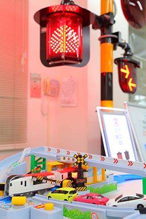 プラレールにも「全方向踏切警報灯」が採用された(中央下部にあるプラレール警報灯。奥は実物)