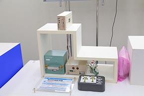 こちらは「踏切警報監視器」。警報灯やスピーカーの電流を絶えず監視し、故障を即座に検知、通知、把握するシステムである