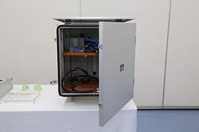踏切付近でみかける屋外用機器収納ボックス「踏切制御子雷害対策用外箱」