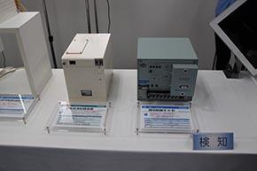 運転状況記録装置(左)と踏切制御子H形(閉電路形)