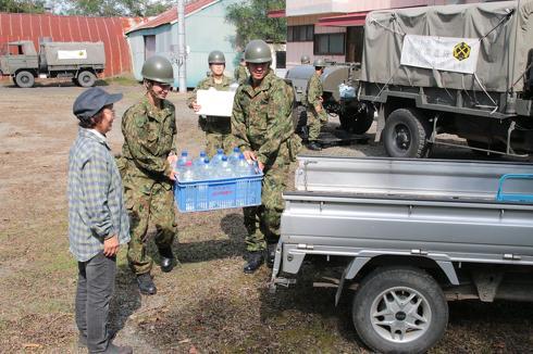 「自衛隊は被災者への配慮のため、炊き出しは食べず冷たい缶詰を食べる決まり」 SNSで広まったうわさは本当か、防衛省に聞いた