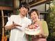 「一生さんとツーショットいい!」 61歳の誕生日迎えた戸田恵子、高橋一生からバースデーケーキ渡され笑顔